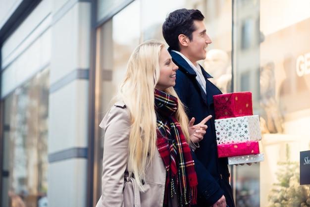 Frau und mann weihnachtseinkäufe