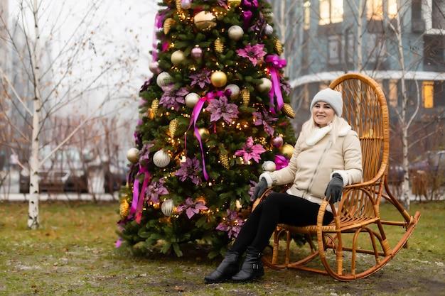 Frau und weihnachtsbaum auf der straße