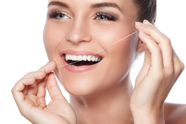Frau und zahnseide
