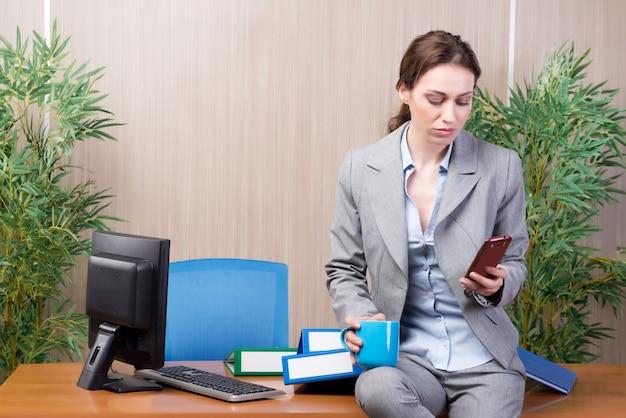 Frau unter dem druck, der im büro arbeitet