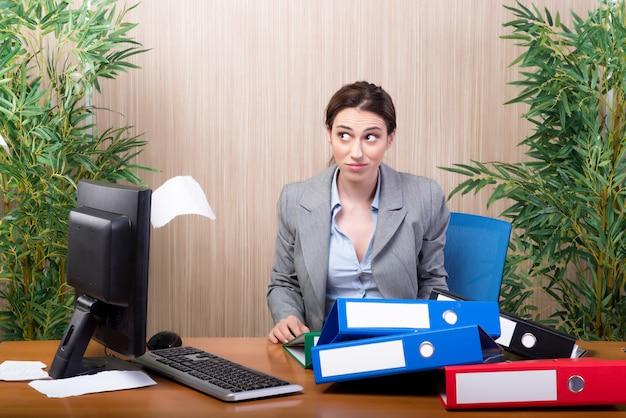 Frau unter dem druck, der papiere im büro wirft