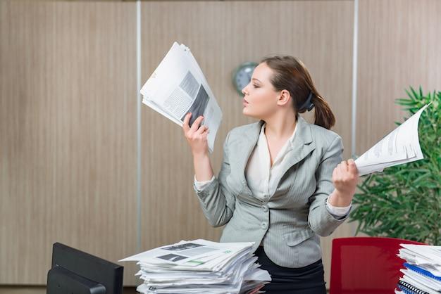 Frau unter druck von der übermäßigen schreibarbeit