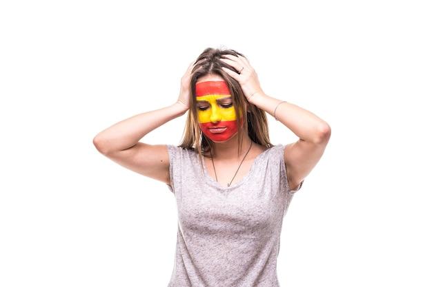 Frau unterstützer fan der spanischen nationalmannschaft gemalt flagge gesicht bekommen unglückliche traurige frustrierte emoitions in eine kamera. fans emotionen.