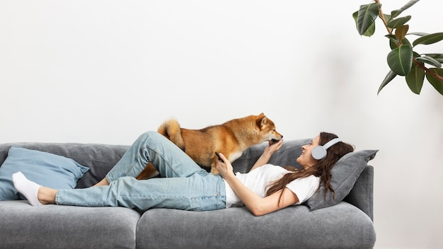 Frau verbringt zeit zusammen mit ihrem hund