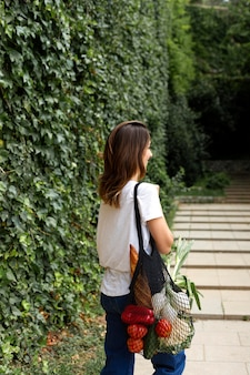 Frau verklagt eine nachhaltige tasche für lebensmittel
