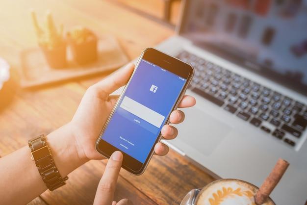 Frau versucht, facebook-anwendung einzuloggen