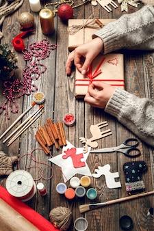 Frau verzieren box mit weihnachtsgeschenken
