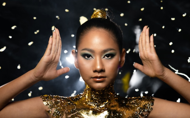 Frau verzieren mit goldener folie oder goldblatt
