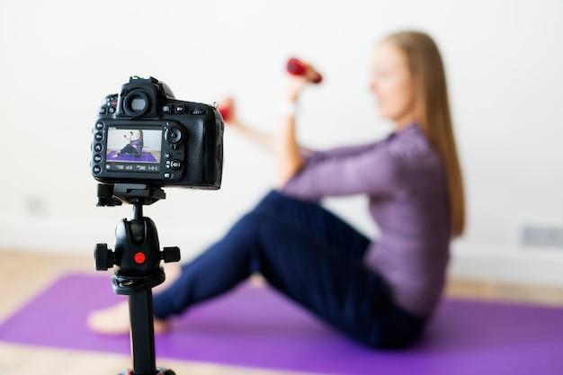 Frau vlogger aufnahme sport verwandte sendung zu hause