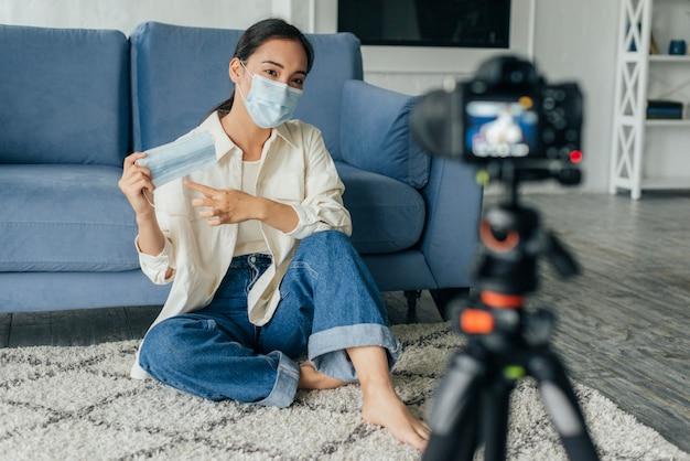 Frau vlogging über medizinische masken