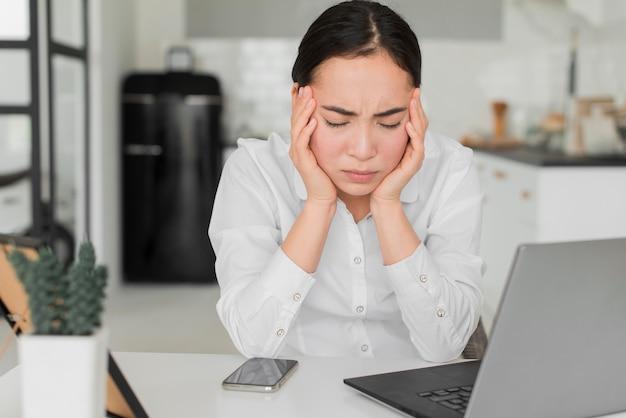Frau von der arbeit gestresst