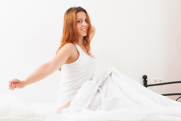 Frau wach in ihrem bett zu hause