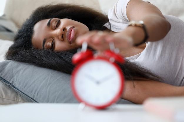 Frau wacht auf