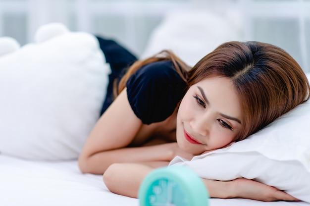 Frau wachte morgens mit einem hellen lächeln auf