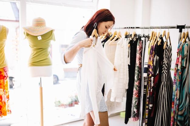 Frau wählt bluse