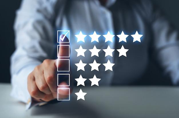 Frau wählt fünf-sterne-symbol, um die bewertung des unternehmens zu erhöhen