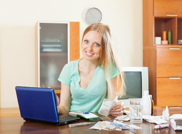 Frau wählt medikamente online-apotheke