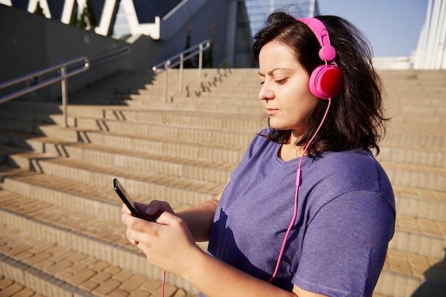 Frau wählt perfekte playlist für morgendliches laufen