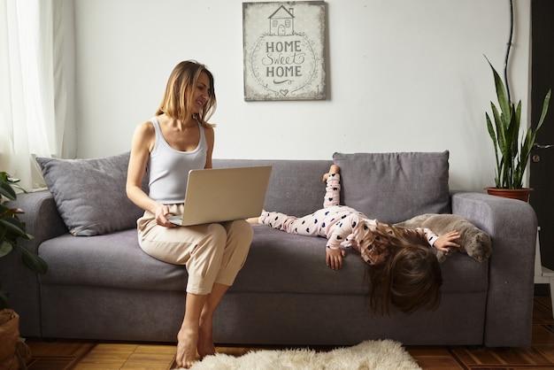 Frau während der quarantäne arbeitet in einer gemütlichen häuslichen atmosphäre