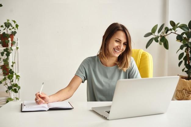 Frau während der quarantäne arbeitet in gemütlicher häuslicher atmosphäre