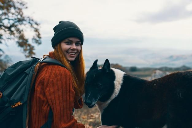 Frau wanderer in der natur streicheln hundefreundschaft spaß