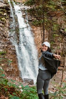 Frau wanderer mit blick auf wasserfall kopie raum