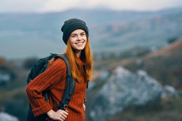 Frau wanderer mit rucksack in den bergen landschaft frischluftabenteuer