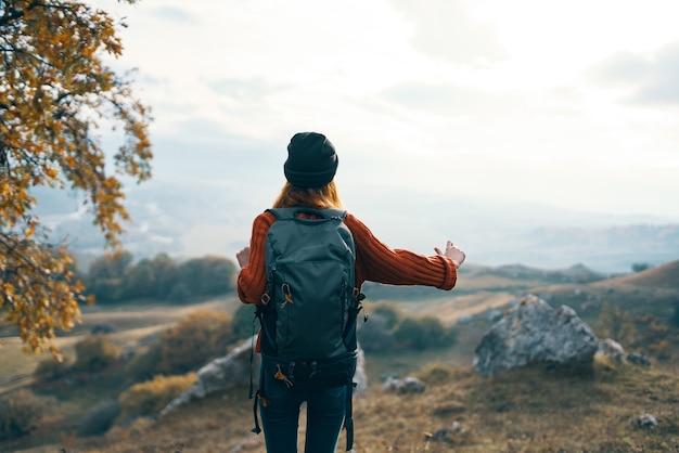 Frau wanderer rucksack berge landschaft urlaub spaß