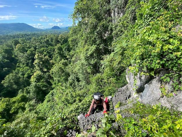 Frau wanderer wandern backpacker traveller camper wandern auf dem gipfel des berges im sonnigen herbsttag