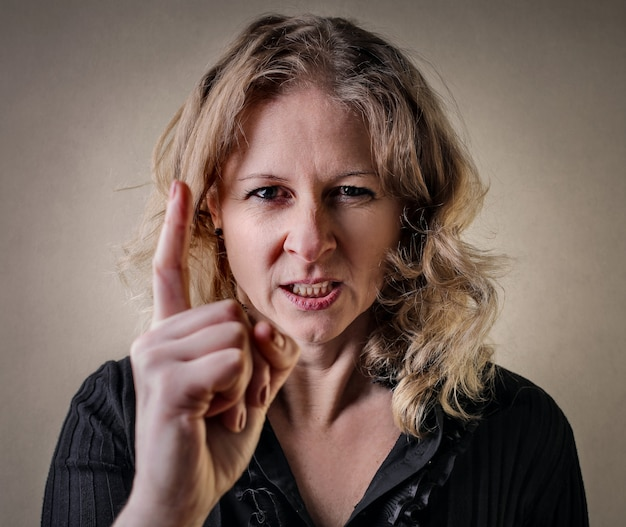 Frau warnt wütend