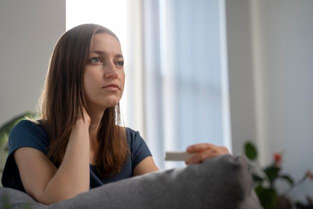 Frau wartet auf ein covid-testergebnis