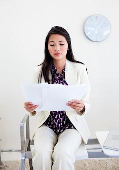 Frau wartet auf ein interview