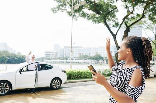 Frau wartet auf ein taxi