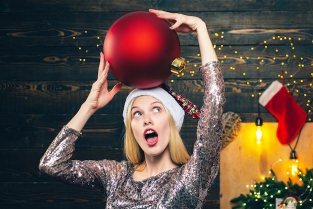 Frau weihnachten. fröhliche emotionen. frau mit weihnachtsgeschenkgeschenk. sinnliches mädchen zu weihnachten