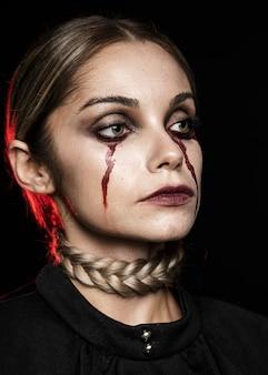 Frau weint mit kunstblut