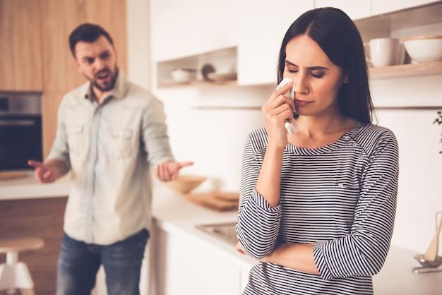 Frau weint, während mann schimpft.
