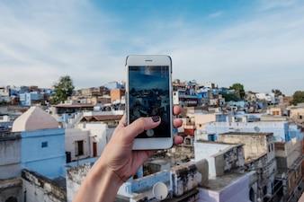 Frau, welche die blaue Stadt, Jodhpur Indien erforscht
