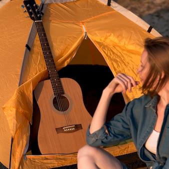 Frau, welche die gitarre betrachtet