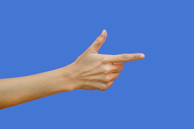 Frau, welche die hände getrennt auf blau zeigt