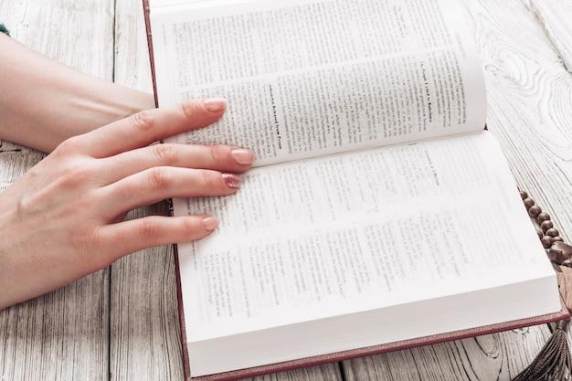 Frau, welche die heilige bibel liest