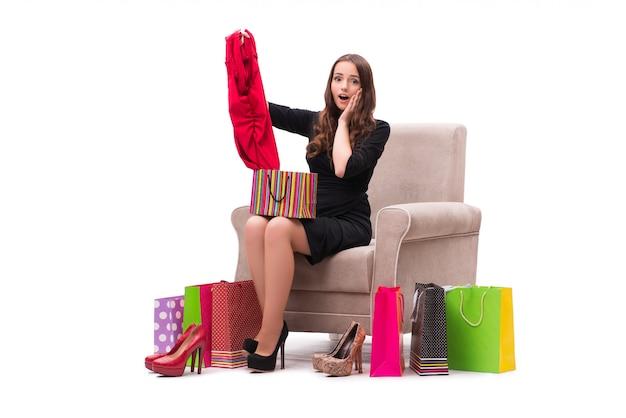 Frau, welche die neue kleidung sitzt auf sofa versucht