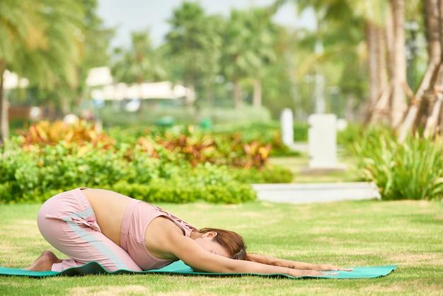 Frau, wenn sie draußen yoga asana ausdehnen