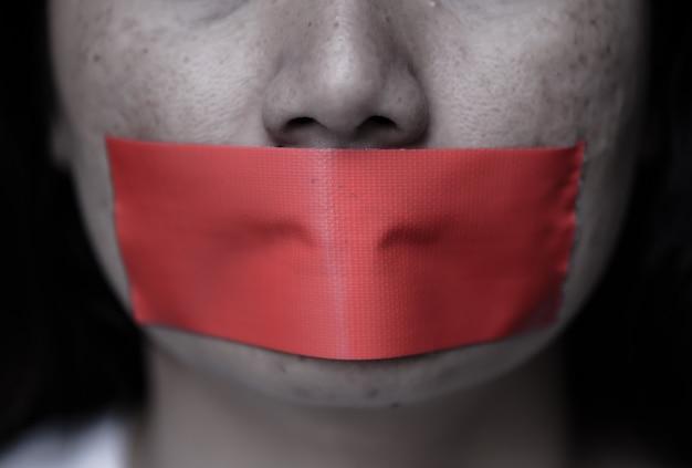 Frau wickelte ihre halterung durch klebeband ein, konzeptfreiheit der rede.