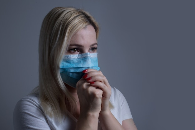 Frau wird krank, frau in schutzmaske