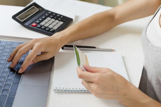 Frau zahlt für einkäufe im internet per kreditkarte