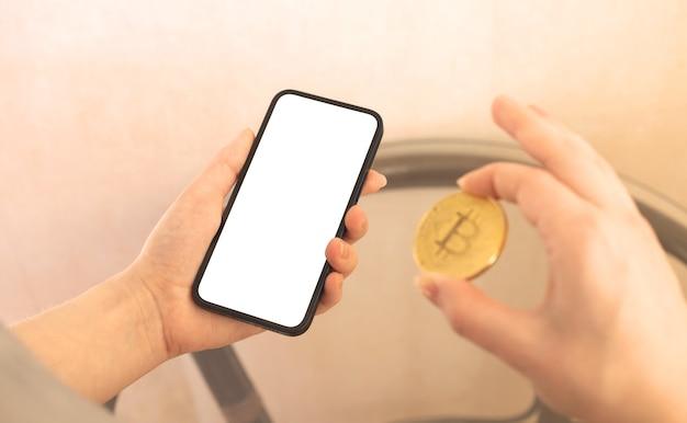 Frau zahlt mit kryptomünze bitcoin, modell der modernen zahlungsweise mit digitalem geld, kopienraumfoto