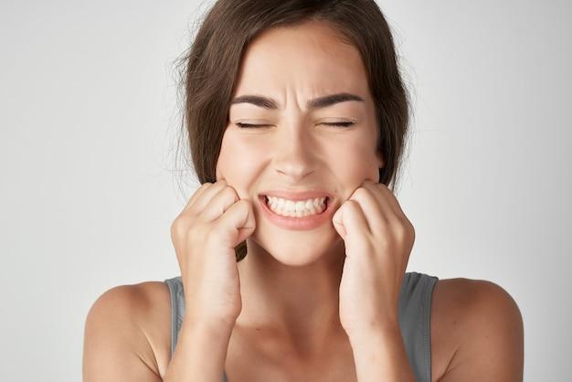 Frau zahnschmerzen emotionen unzufriedenheit gesundheitsprobleme