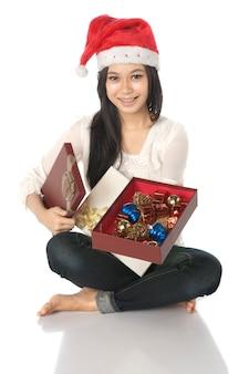 Frau zeigen ihr geschenk