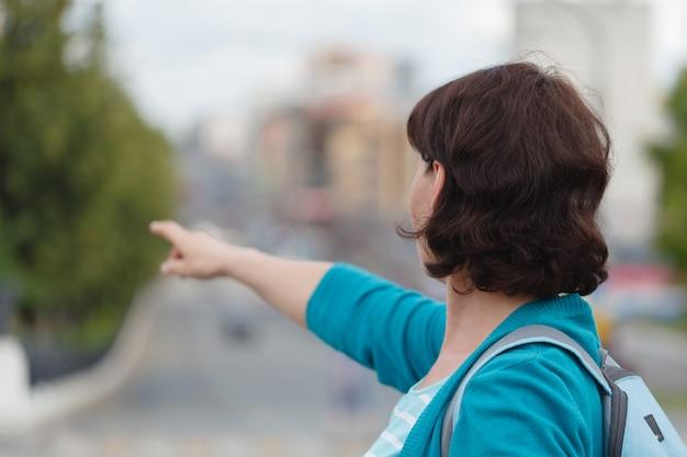Frau zeigen linke seite zeigen zeigefinger zeigefinger