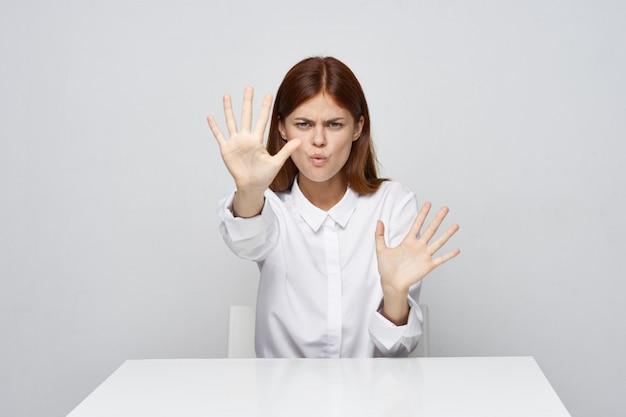 Frau zeigt halt mit ihrer hand